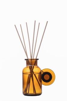 Makieta butelki odświeżacza powietrza. dyfuzor trzciny na białym tle. koncepcja aromaterapii. domowa butelka zapachowa