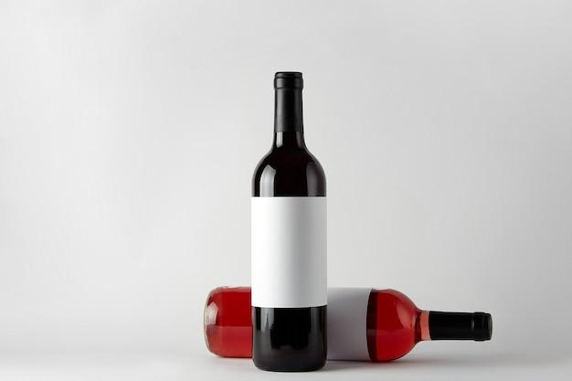 Makieta. butelki wina różnych typów na białym tle na białym tle.