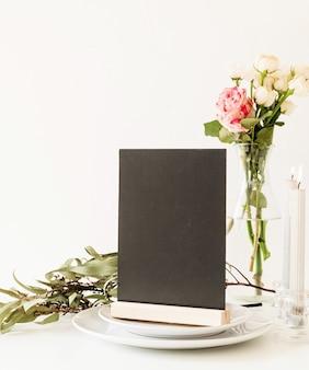 Makieta czarnej etykiety pustej ramki menu w restauracji bar, stojak na broszury, plastikowa karta namiotu na stole w restauracji