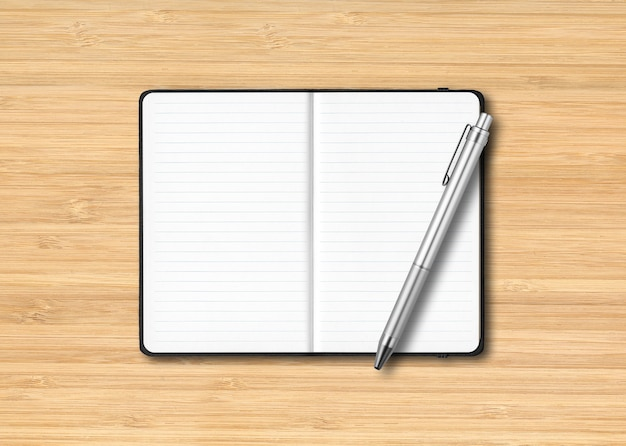 Makieta czarny notatnik w linie z długopisem na drewnianej powierzchni