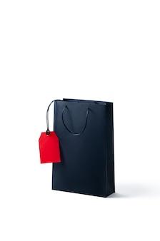 Makieta czarny papierowa torba na zakupy na białym tle.
