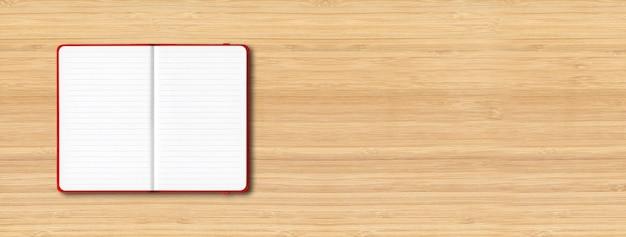 Makieta czerwony otwarty notatnik w linie na białym tle na drewniane