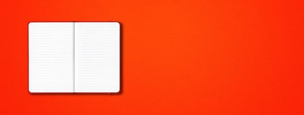 Makieta czerwony otwarty notatnik w linie na białym tle na kolorowe tło. poziomy baner