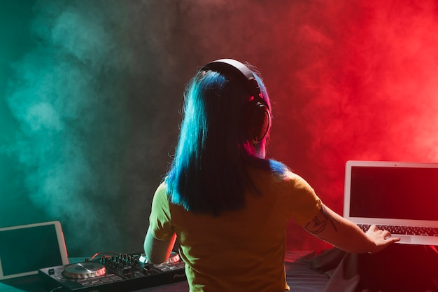 Makieta dj kobieta miksuje w klubie