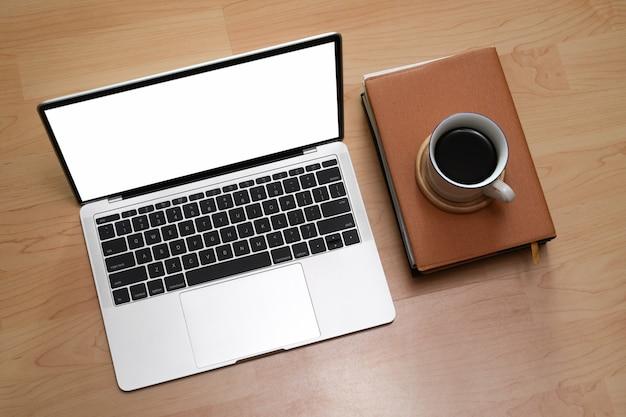 Makieta do laptopa i filiżanki kawy na drewno