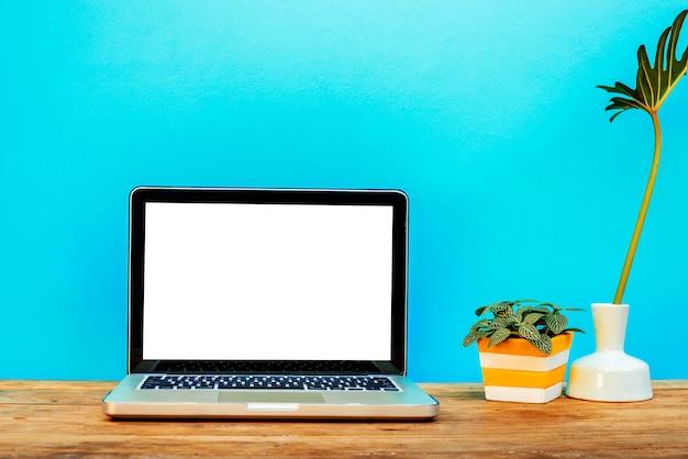 Makieta do laptopa z ozdobnym projektantem stron internetowych.