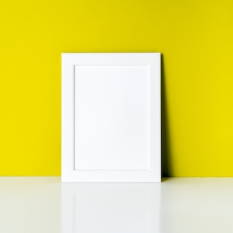 Makieta do ramki na jasny żółty papier ścienny