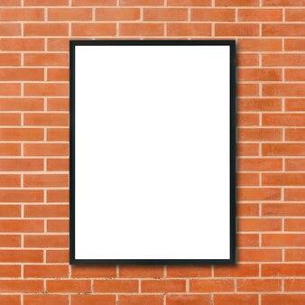 Makieta do zdjęć puste ramki na zdjęcia wiszące na tle ściany z czerwonej cegły w pokoju