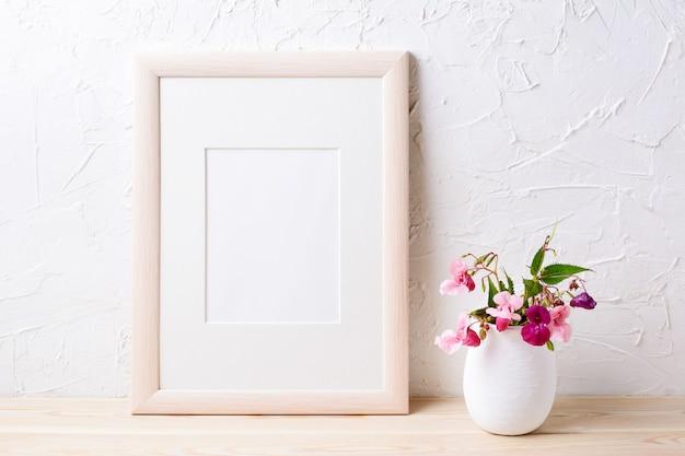 Makieta drewnianej ramy z fioletowymi kwiatami w doniczce