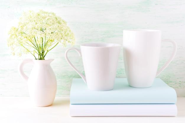 Makieta dwóch kaw cappuccino i latte białych kubków
