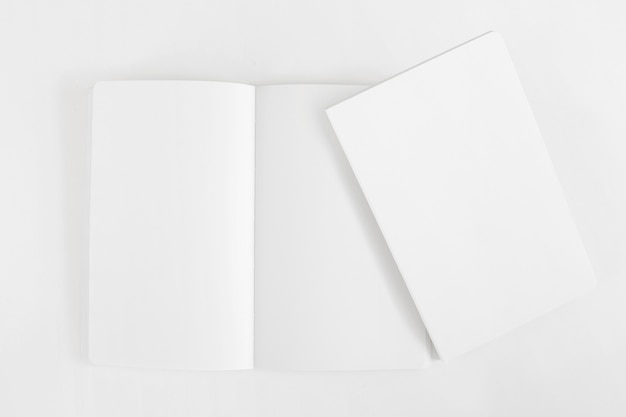 Makieta dwóch pustych broszur