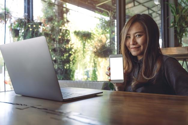 Makieta inteligentny telefon z laptopem na stole