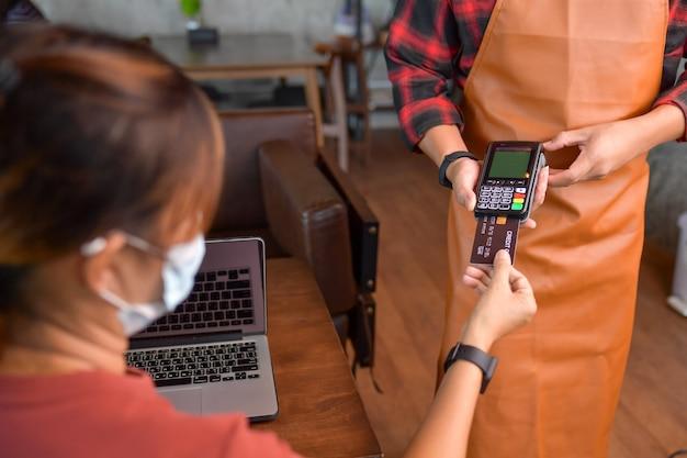 Makieta karta kredytowa do płatności za transakcje pieniężne money