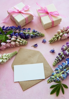 Makieta kartkę z życzeniami z kwiatami łubinu