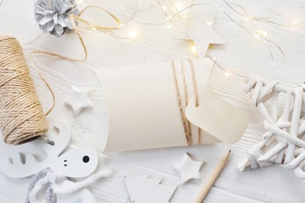 Makieta kartki świąteczne pozdrowienia bonbonniere i tag widok z góry