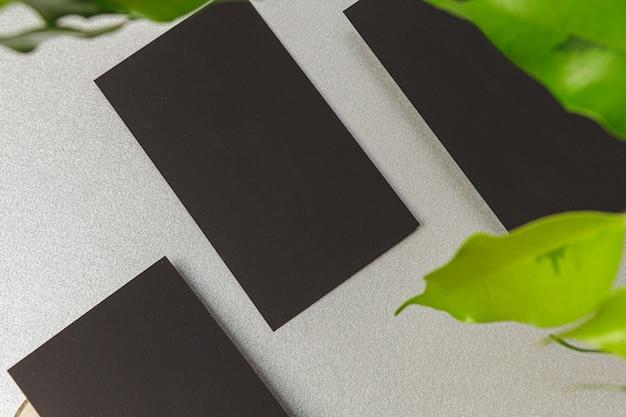 Makieta karty papieru płaskie leżał rzemiosła z liśćmi, widok z góry