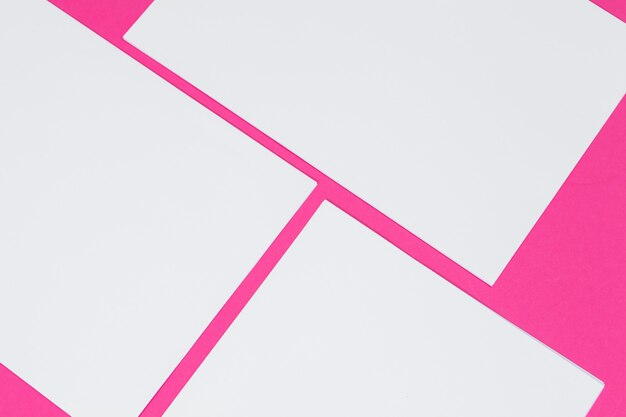 Makieta . karty papiery na różowo. widok z góry, leżał płasko, miejsce