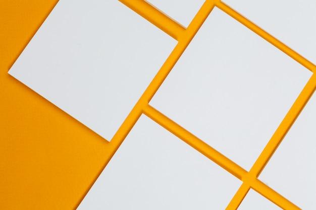 Makieta . karty papiery na żółto. widok z góry, leżał płasko, lato