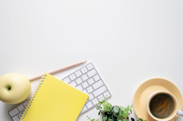 Makieta komputerowa klawiatura z dostawami na białym stole.