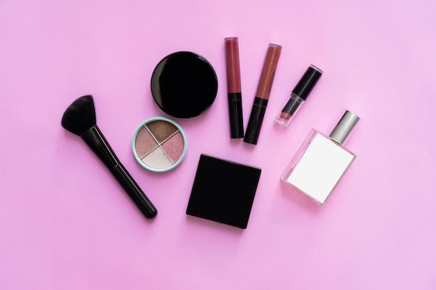 Makieta kosmetycznej butelki śmietany, pusty pakiet etykiet na pastelowym tle. pojęcie naturalnych produktów kosmetycznych.
