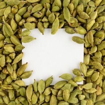 Makieta kwadratowego arkusza papieru z nasionami kardamonu