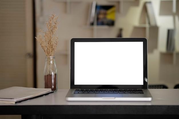 Makieta laptop na kreatywnym obszarze roboczym.