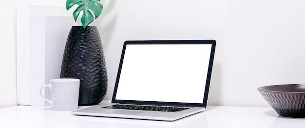 Makieta laptopa z pustym ekranem z materiałami na białym drewnianym stole, panoramiczny projekt.