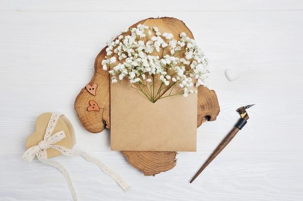 Makieta list z kwiatami i kartkę z życzeniami kaligraficzne pióro