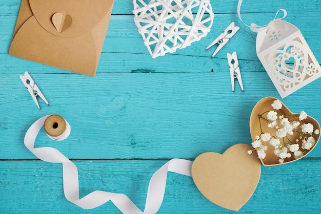 Makieta listu z papierowymi sercami, pudełko kraft z kwiatami na kartkę z życzeniami. walentynki w stylu rustykalnym