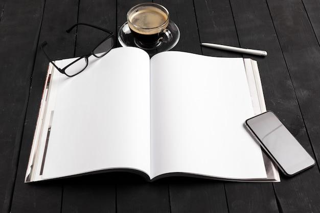 Makieta magazynu lub katalogu na drewnianym stole.