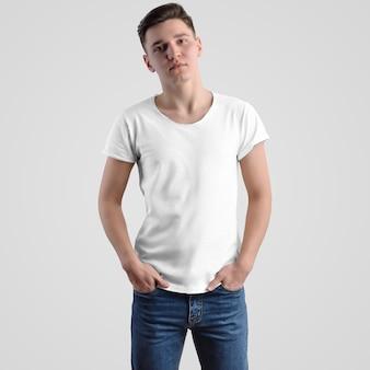 Makieta męska koszulka na młodego faceta na białym tle, widok z przodu. szablon mody do projektowania i prezentacji reklam w sklepie internetowym