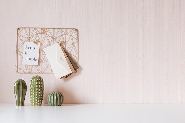 Makieta miejsca pracy kobiety na jasnym tle. biurko firmy w kolorach złota. nowoczesny design. minimalistyczny styl.