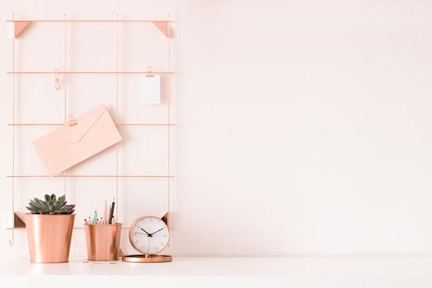 Makieta miejsca pracy kobiety na jasnym tle. biurko firmy w różowych kolorach. nowoczesny design. minimalistyczny styl.