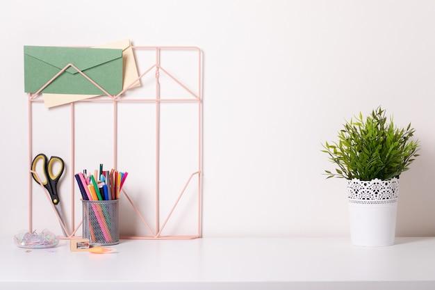 Makieta miejsca pracy kobiety na jasnym tle. biurko firmy w złotych kolorach. nowoczesny design. minimalistyczny styl.