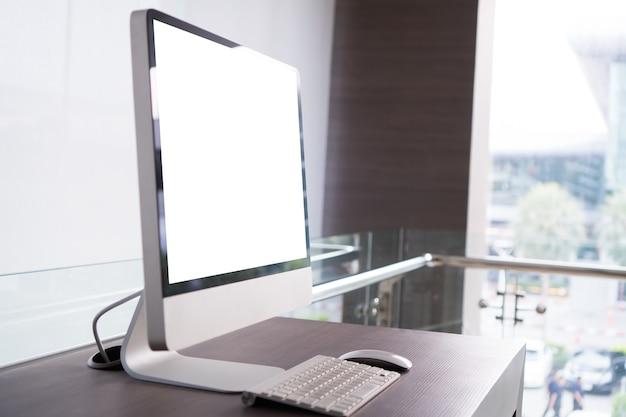 Makieta monitora komputera stacjonarnego lub komputera stacjonarnego z białym pustym ekranem, klawiaturą myszy w nowoczesnym stylu dla reklamy tekstowej lub fotograficznej klienta w biurze. technologia makiety do koncepcji użytkowania