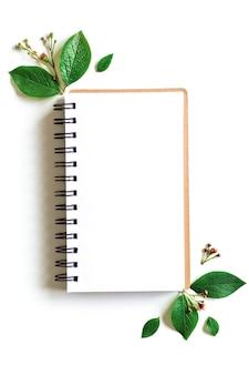 Makieta notatnika pozostawia w stylu sztuki papieru na zielonym tle. zielony liść. szablon. pusta przestrzeń, płaski układ, widok z góry