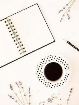 Makieta nowoczesny biały pulpit z notatnikiem i filiżanką kawy