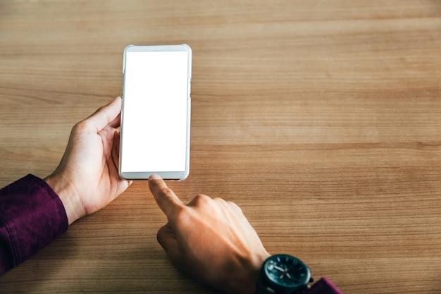 Makieta obrazu człowieka ręce trzymając biały telefon komórkowy z technologii pustego ekranu