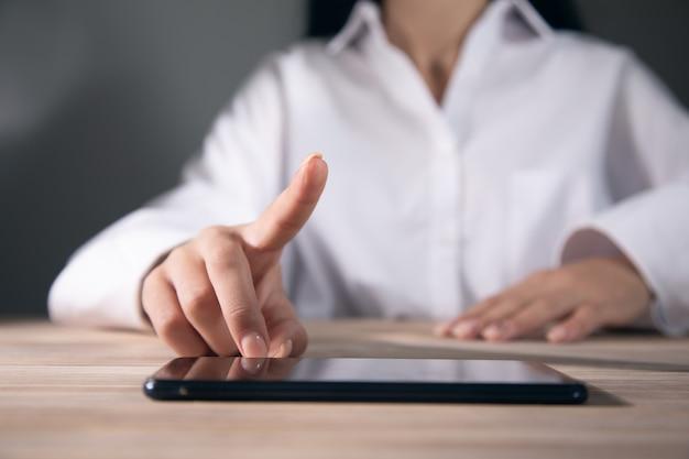 Makieta obrazu kobiety trzymającej cyfrowy stół
