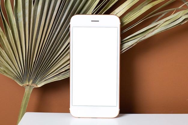 Makieta obrazu telefonu komórkowego z pustym białym ekranem.