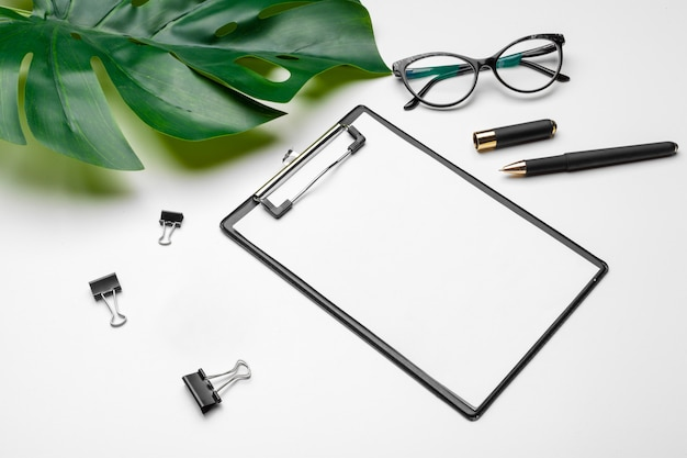 Makieta obszaru roboczego biura domowego ze schowkiem, liściem palmowym i akcesoriami.
