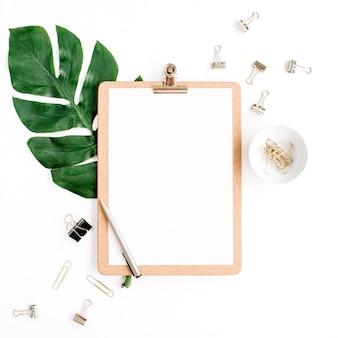 Makieta obszaru roboczego biura domowego ze schowkiem, liściem palmowym i klipami