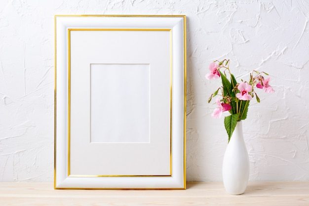 Makieta ozdobiona złotem z bukietem kwiatów w eleganckim wazonie