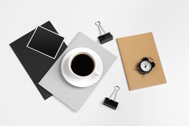 Makieta papiernicza w nowoczesnym stylu hipster z różnymi papierowymi przedmiotami, artykułami biurowymi