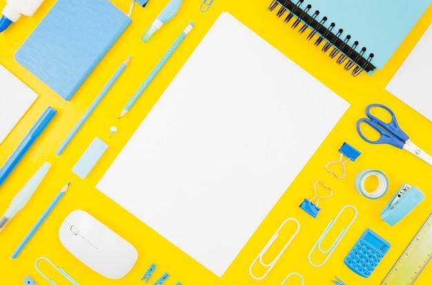 Makieta papieru płasko leżącego na obszarze roboczym