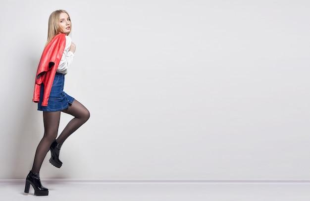 Makieta piękna seksowna blond kobieta w koszuli i spódnicy. dziewczyna z idealnym ciałem, pozowanie na stojąco.