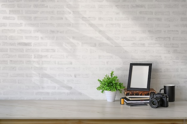 Makieta plakat i akcesoria do domu studio na biurku marmuru i miejsce.