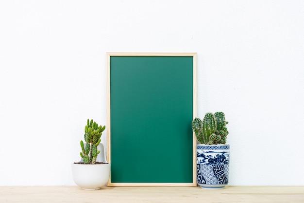 Makieta plakat rama i kaktusowy garnek, tło wnętrze