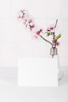 Makieta poziomej pustej karty z kwitnącą gałąź drzewa migdałowego