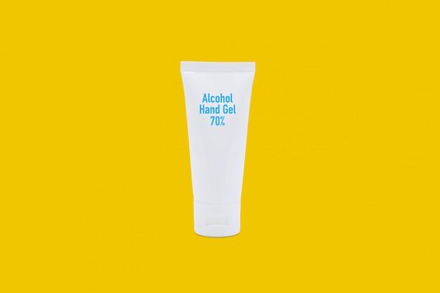Makieta produktu alkohol żel do rąk 70% na białym tle na żółtym tle.